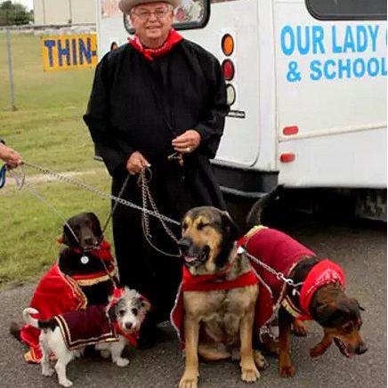 Crescendo das Cinzas: Pe. Roy Snipes, OMI, adota cão abusado nos Estados Unidos
