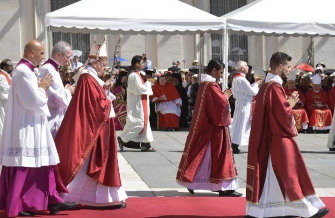 Glória e cruz, em Cristo, caminham juntas, diz Papa