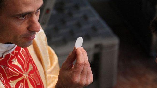 Um católico a favor do aborto pode comungar?