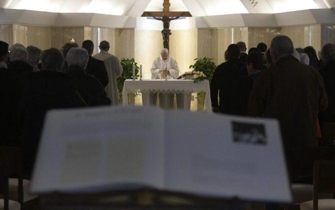 Papa: a vida se enfrenta com a paz de Jesus e senso de humor