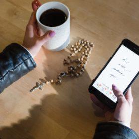 Estudo revela: os homens têm mais probabilidade de ler a Bíblia em aplicativos do que as mulheres