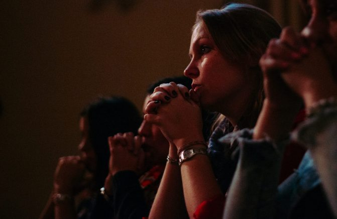 Por que é tão difícil se entregar de todo o coração nas mãos de Deus?