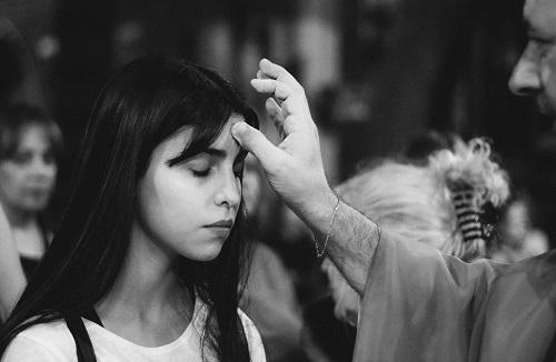 O que significa o sinal da cruz feito sobre a testa, os lábios e o coração?